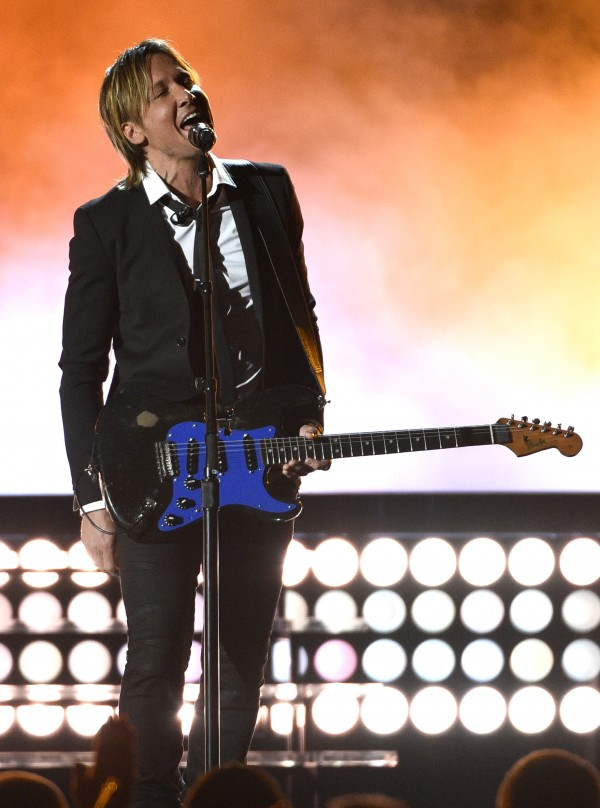 Keith Urban performs (Chris Pizzello/Invision/AP)
