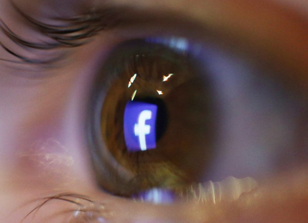 Facebook launches tool to help users spot false news
