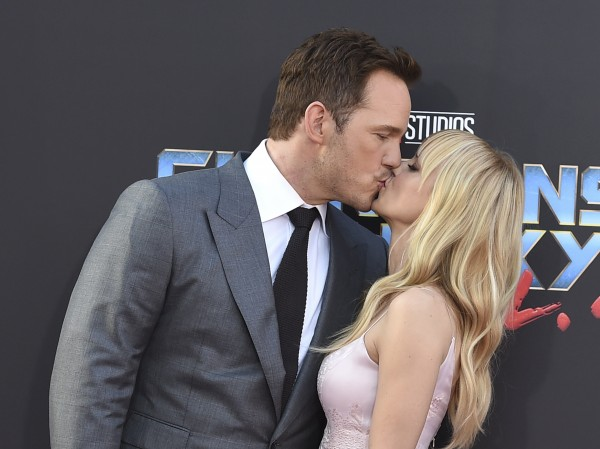 Chris and Anna Faris share a smooch on the red carpet.