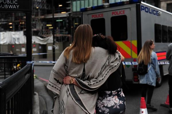 Women lat tributes for London Bridge victims
