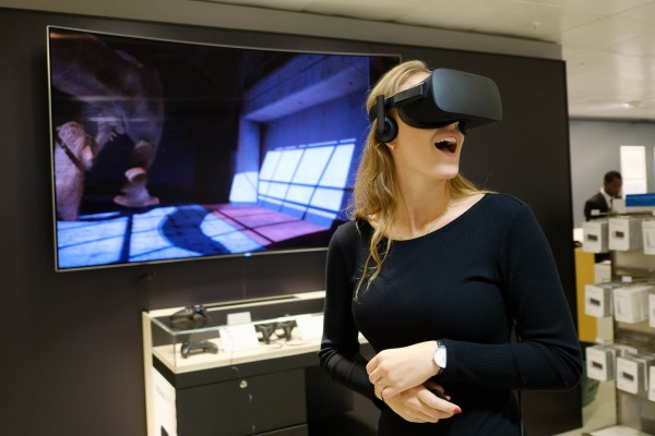 A woman uses Ocusus Rift