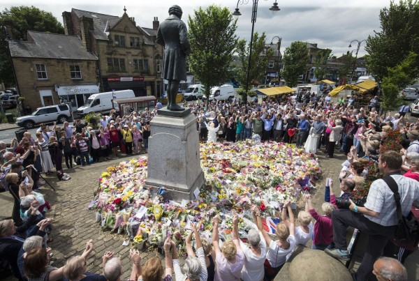 members of the public pay tribute to Labour MP Jo Cox (Danny Lawson/PA)
